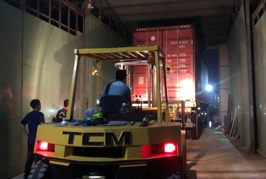 vận chuyển hàng vào tới công xưởng cho khách hàng
